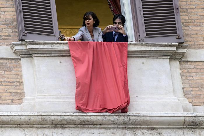 La presidente della Camera Laura Boldrini espone dal suo ufficio di Montecitorio un drappo rosso a sostegno delle iniziative contro i femminicidi, Roma, 03 giugno 2016. ANSA/ANGELO CARCONI