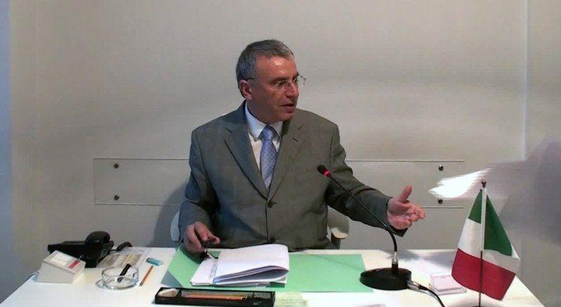 il notaio Massimo d'Ambrosio durante la stipula (2)